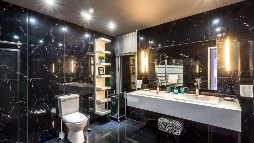 Jak urządzić nowoczesną łazienkę w firmie?